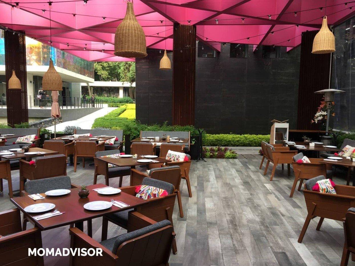 Frida-restaurante-coyoacan-momadvisor-comer-con-niños-ninos-ludoteca-actividades-centro-artes-vivas-arquitectura-mesas-lamparas-logo