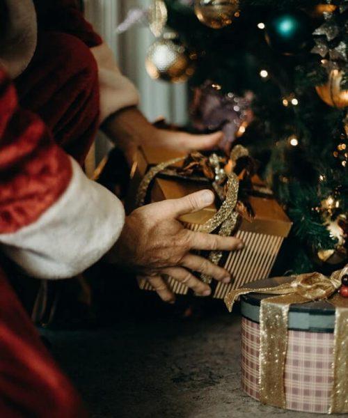 creer-en-santa-claus-regalos-en-el-arbol