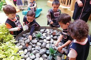 fuente-estudio-naranja-escuela-preescolar-ninos-school-fest-momadvisor-patio-instalaciones-del-valle