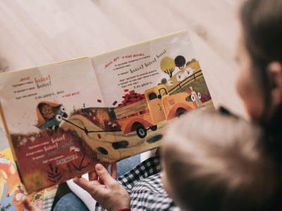 todos-hacermos-home-schooling-homeschooling-esto-no-es-una-escuela-mama-leyendo-cuento (1)